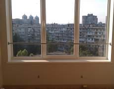 Поручень из нержавейки возле окна