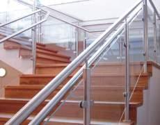 Ограждение из алюминия на лестнице