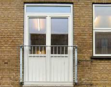 Ограждение окна из оцинкованного металла