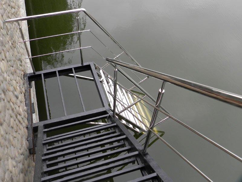 Лестница в водоём