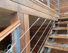 Крепление тросов на лестнице