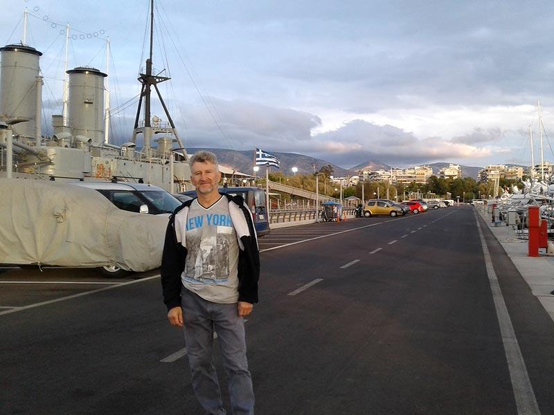Греческий корабль в порту Афин